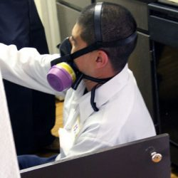 科罗拉多害虫管理人员戴着呼吸机