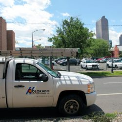 一辆白色的科罗拉多害虫管理公司的卡车停在街上