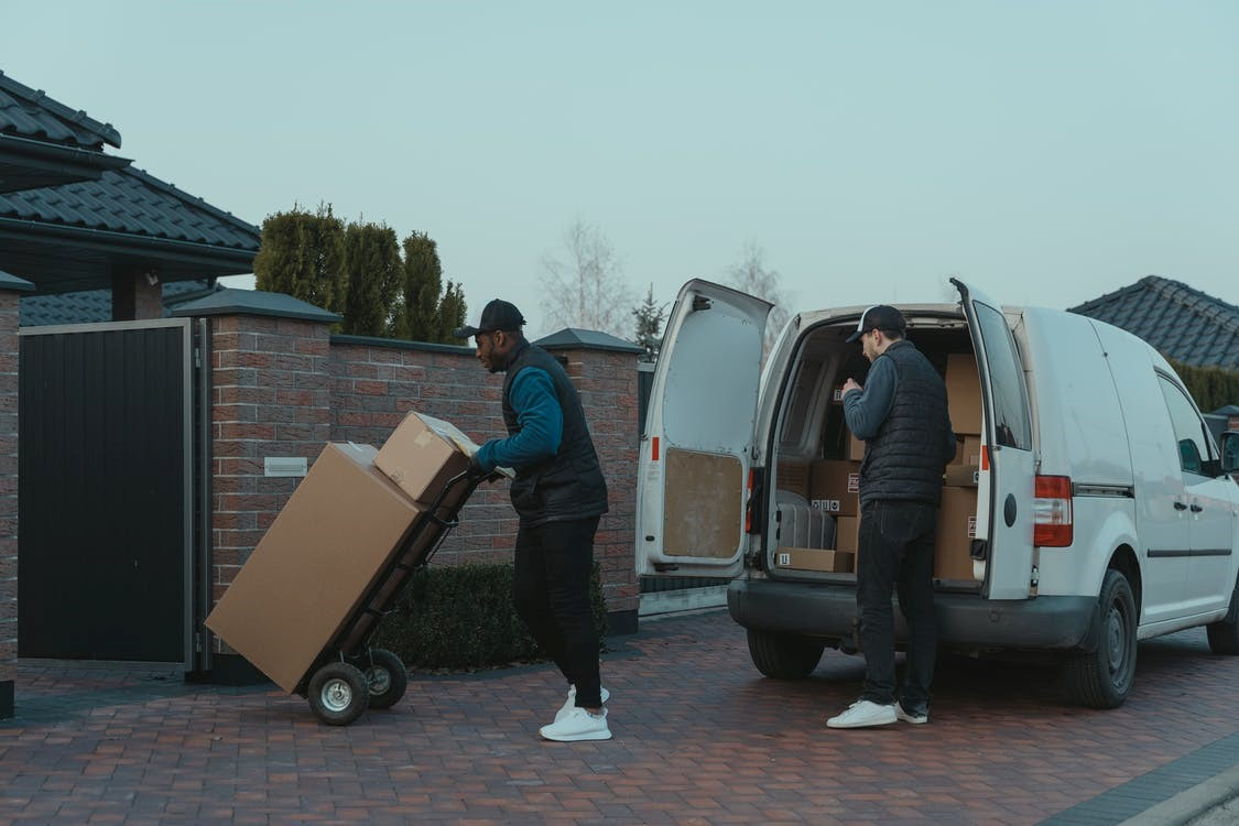 Professional moving service helping a family in Seattle move.