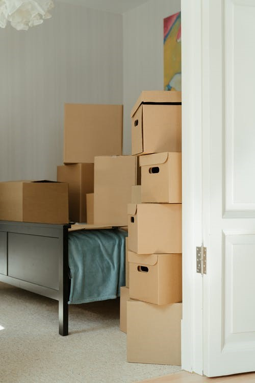 Professional movers service packing boxes in Seattle.