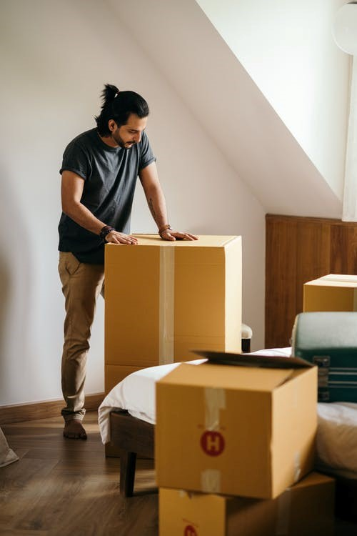 Professional movers service loading and unloading boxes in Seattle.