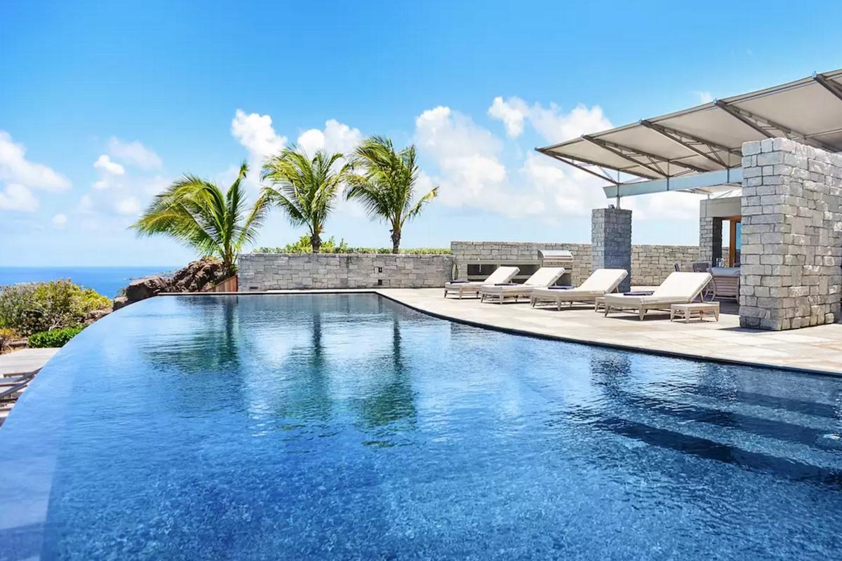Gorgeous infinity swimming pool.