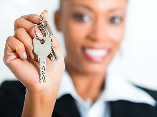 Image of a leasing agent holding a set of keys