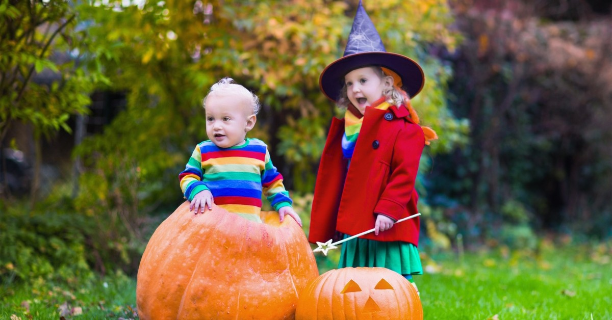 Featured image of two children next to pumpkins.