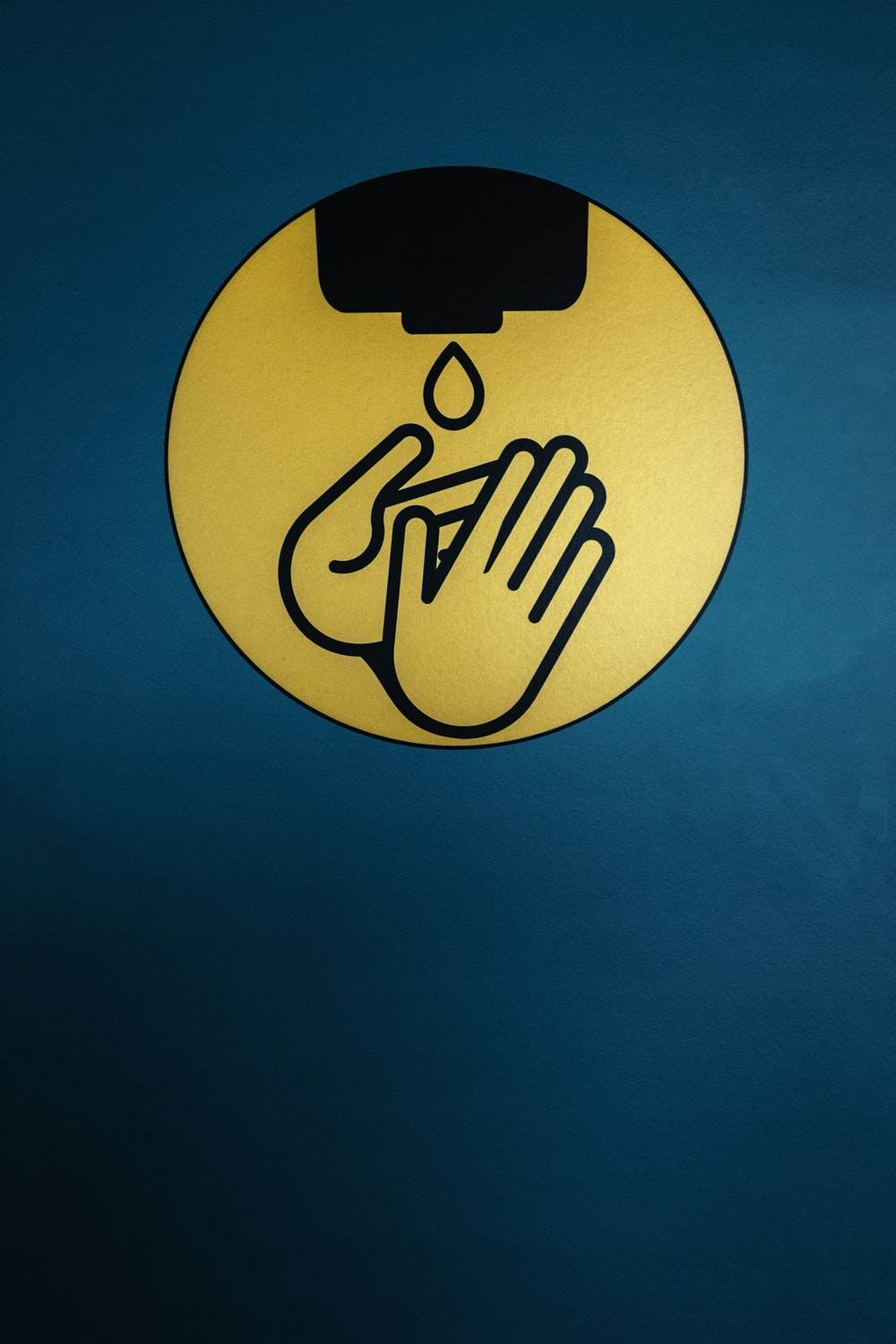 A picture with a handwashing symbol