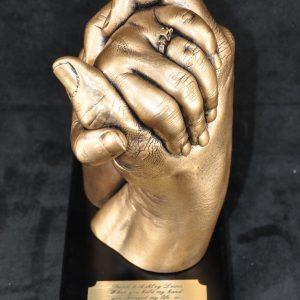 holding hands sculpture