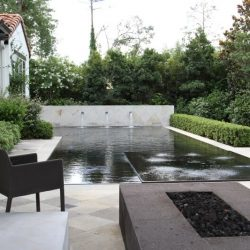Courtyard with infinity pool and water fountains - Hipp Pools