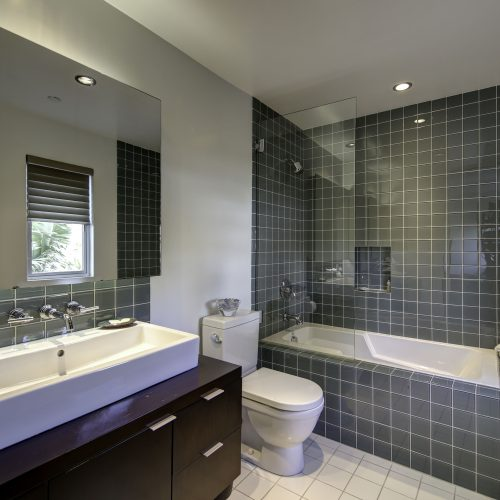 Real estate photograph of a contemporary bathroom in a Los Angeles house - Keeprshots