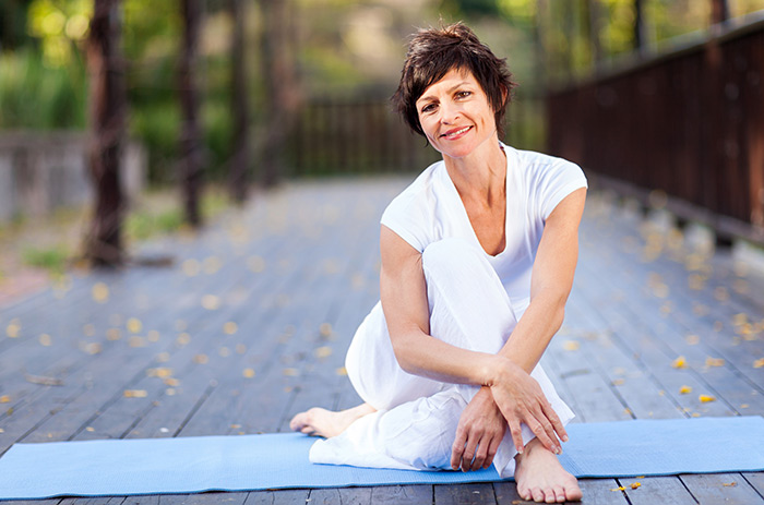 woman-with-short-hair-on-yoga-mat-700x463