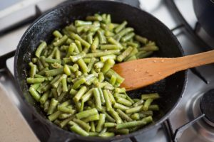 Photo of green beans in a pot with garlic.