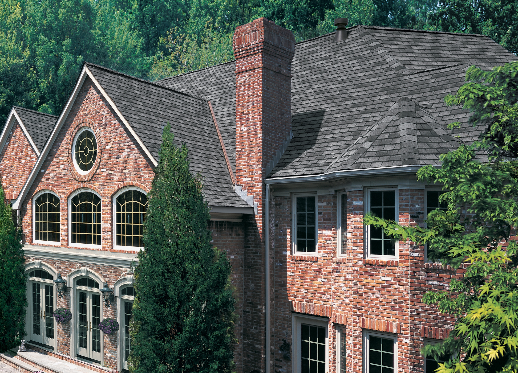 GAF_Slateline_English_Gray SM Slateline_Royal_Slate_House_Photo SM