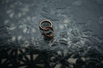 An image of two wedding rings