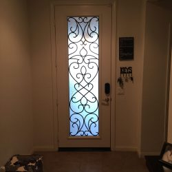 White entrance equipped with Vistain glass door