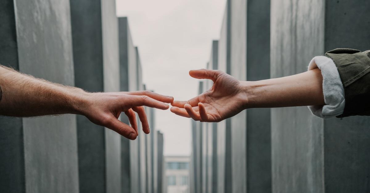 Dos manos extendidas en ayuda.